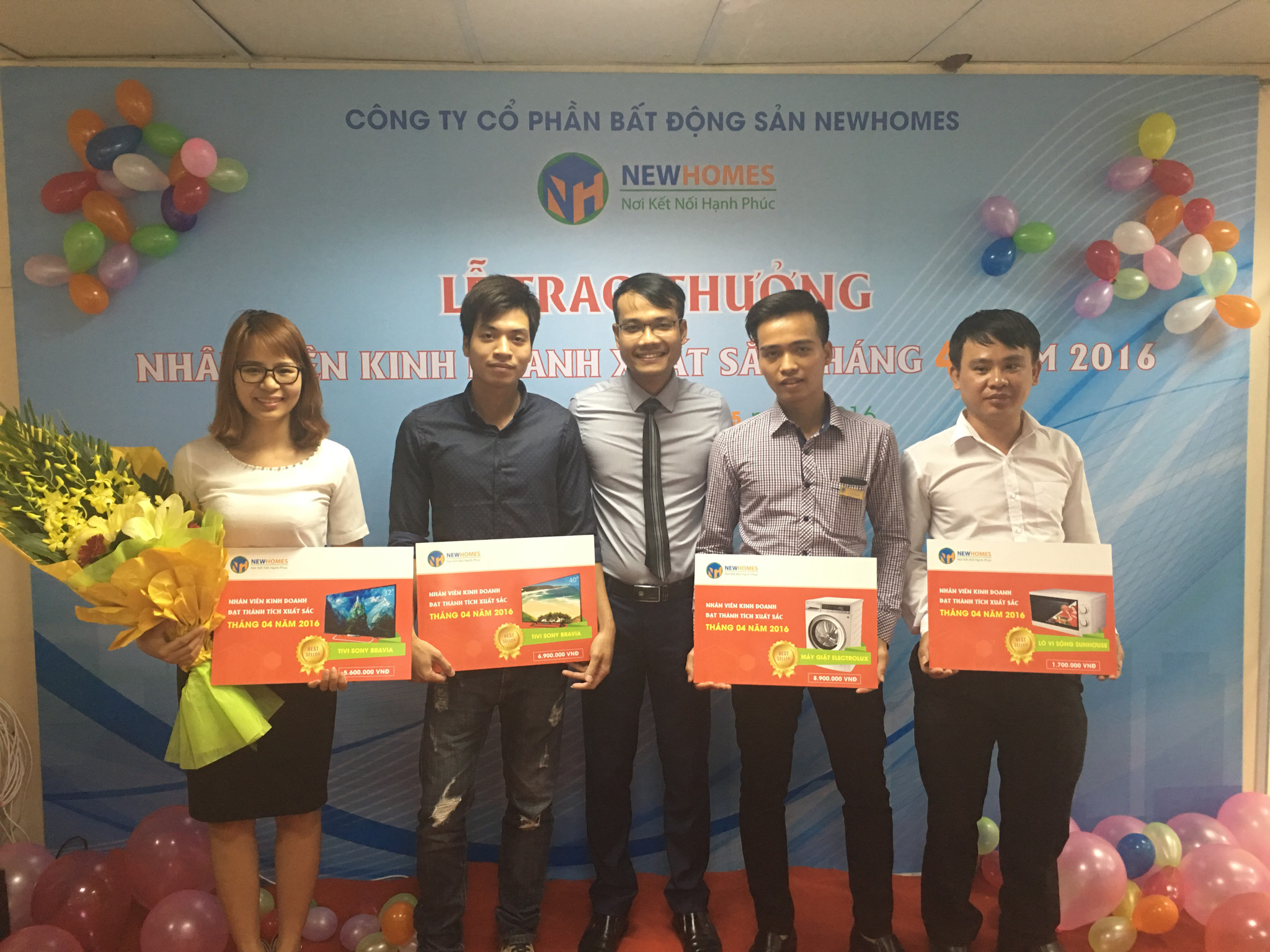 giam-doc-new-homes-trao-thuong-cho-nhan-vien-kinh-doanh-xuat-sac